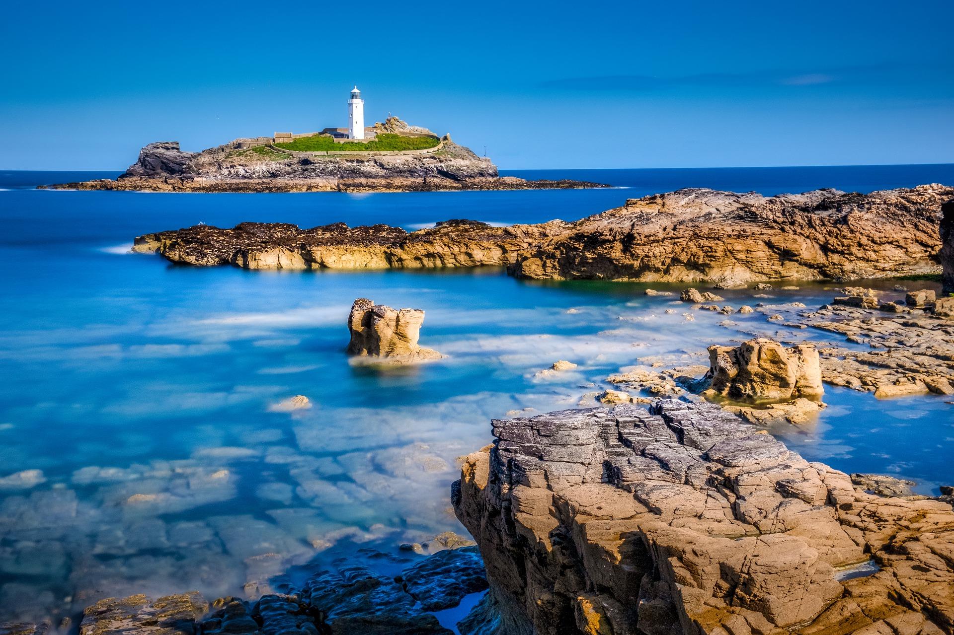 Leuchtturm vor Meereshintergrund