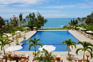 Vietnam Hotelpool vor Meeresblick