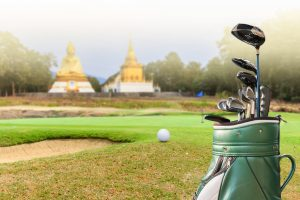 Golf + KulturReise - Golfbag vor buddhistischem Tempel auf einem Green
