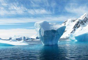 Arktis schwimmender Eisberg